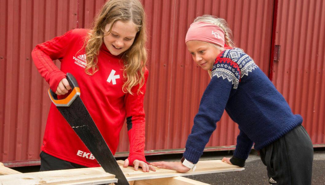 For mange av elevene er saging både nytt og morsomt. Her er det Emilie Kongsjorden Bekkjorden og Mille Simensen Brennhaugen som er i sving. Foto: Kari Kløvstad