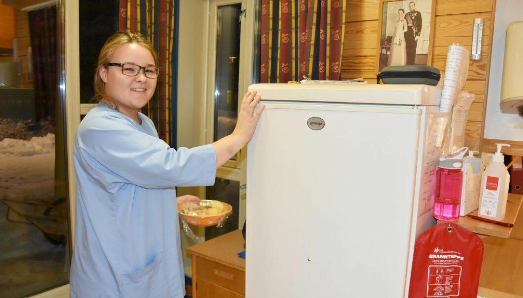 Selma Johnsen trives med jobben i omsorgsboligen i Karasjok. Det eneste negative er at hun får for lite tid til venner. Foto: Wenche Schjønberg