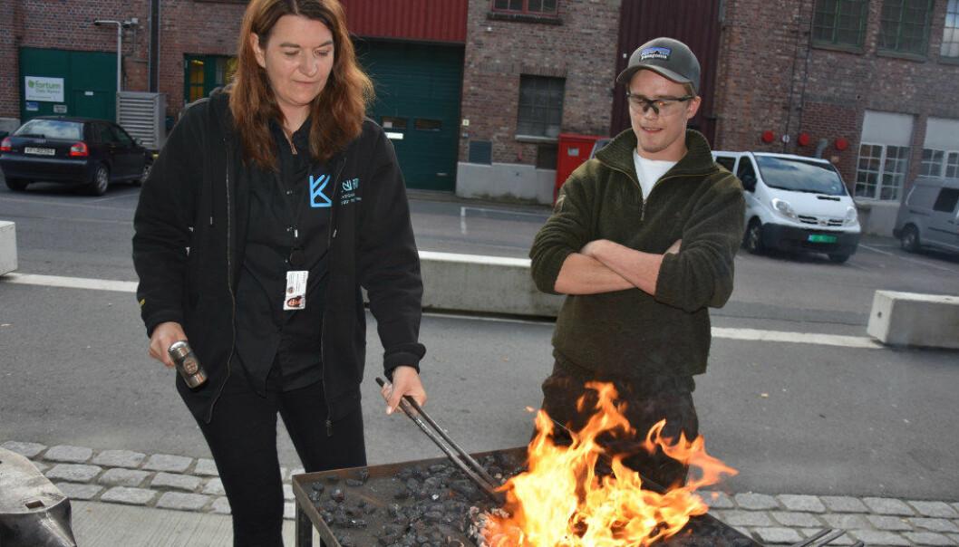Selv assisterende rektor for yrkesfag, Camilla Hauren Leirvik, fikk prøve seg som smed da Kuben videregående arrangerte ByggCamp. Foto: Wenche Schjønberg
