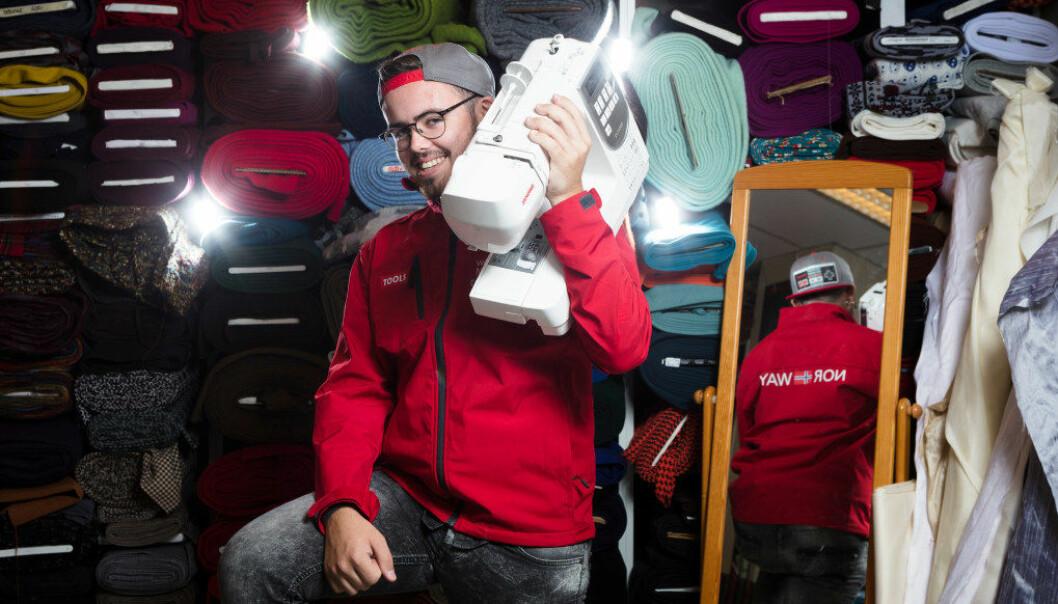 Jonas Kalset Follestad satser alt på å vinne VM-gull i Abu Dhabi. Det går med utallige timer foran symaskinen før avreise til mesterskapet. Foto: Werner Juvik.