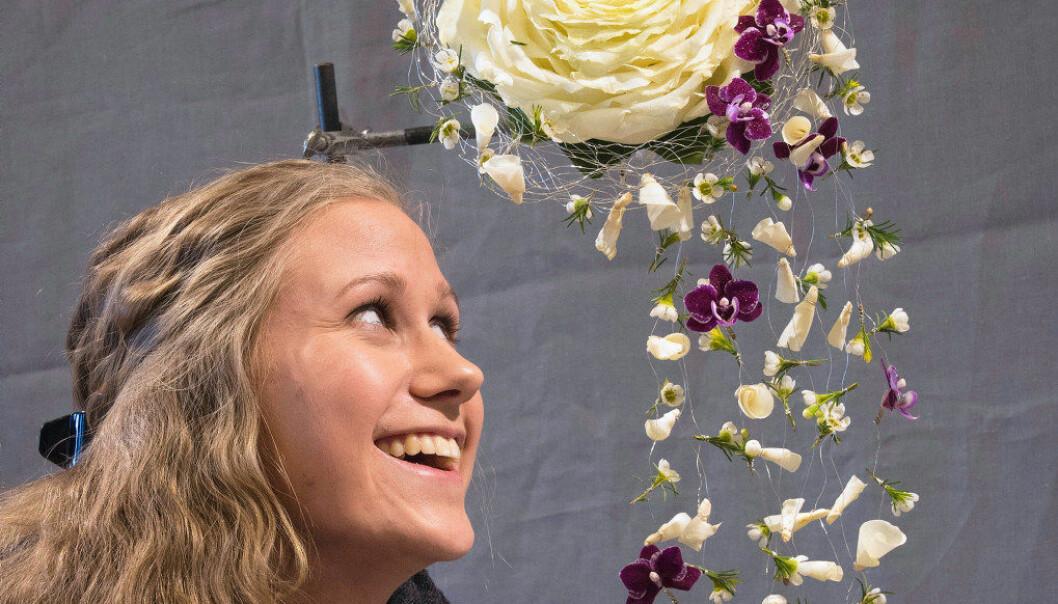 Rebecca Fon ser opp til brudebuketten hun har laget. Foto: Kari Kløvstad