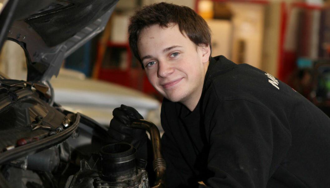 Adrian Dillerud skrur på biler både på fritiden og som lærling. Foto: Harald Vingelsgaard