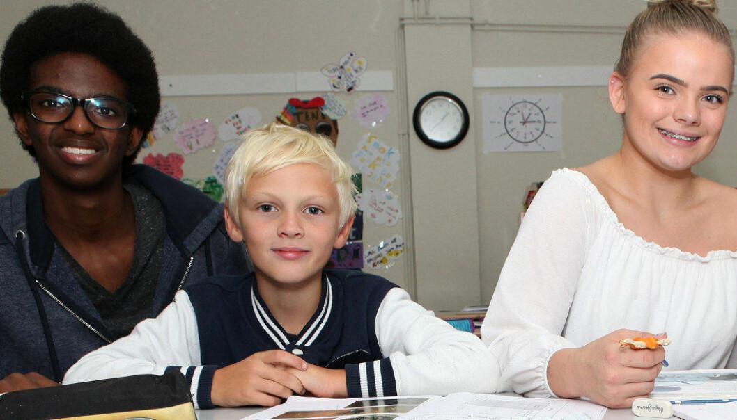 Ahmed Gaturo Abbas og Linnea Løtvedt er «hjelpelærere» i fjerde klasse som en del av deres undervisning i helse- og oppvekstfag. Foto: Harald Vingelsgaard