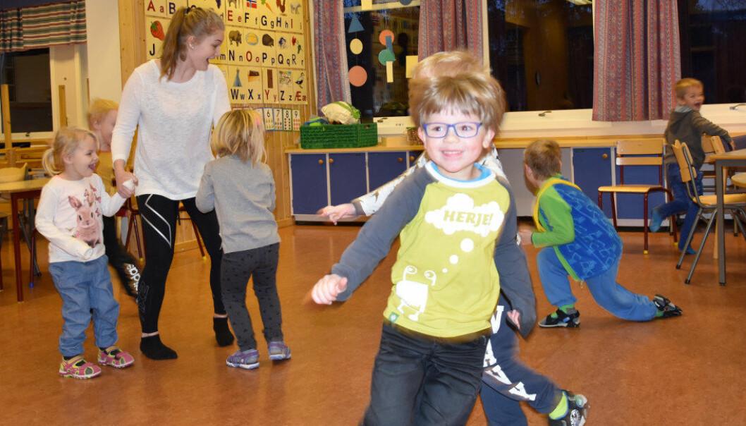 Barn i Sando barnehage leker, Rikke som er elev på barne- og ungdomsfagarbeider har tverrfaglig prøve. Foto: Wenche Schjønberg