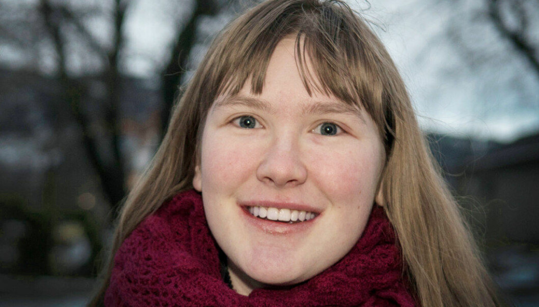 Tine Frøseth Johansen (18) skulle gjerne hatt lærlingplass og fått lønn for jobben. Hun trives imidlertid godt i praksisplassen på Stod sykehjem i Steinkjer. Foto: Håvard Zeiner