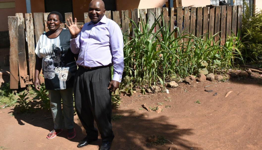 Reynold Finyange er programsjef for SOS barnebyer i Nairobi. Her er han i landsbyen der barna bor, sammen med en av barnebyens mødre. Foto: Wenche Schjønberg