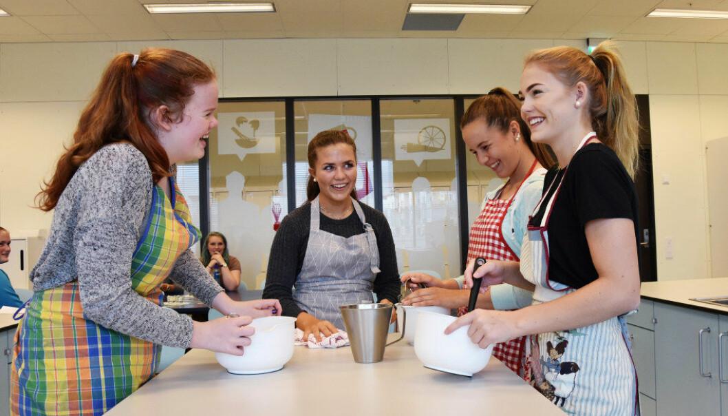 På helse- og oppvekstfag trener elevene også i skolekjøkkenet. Kunnskap om mat og ernæring er viktig. Fra venstre Elise Nærland Ingebretsen, Tina Underhaug, Ine Storhaug og Alva Lagestrand. Foto: Wenche Schjønberg