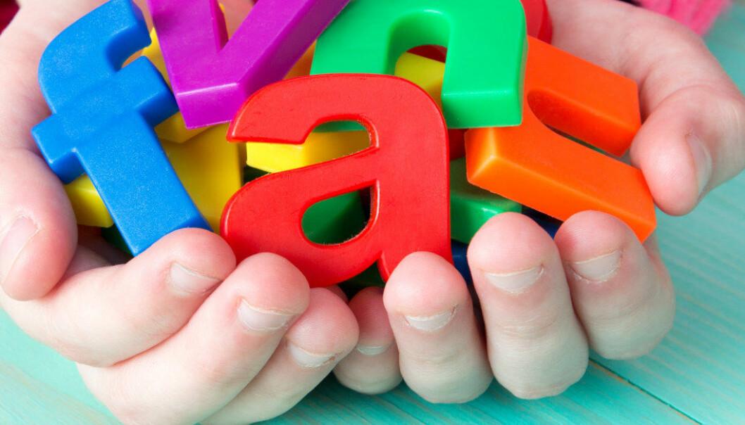 Å lese bøker med likeverdige samtaler med barna er bedre måter å hjelpe barn i deres språktilegnelse på enn ferdige språkpakker, mener artikkelforfatterne.  Illustrasjonsfoto: Fotolia.com