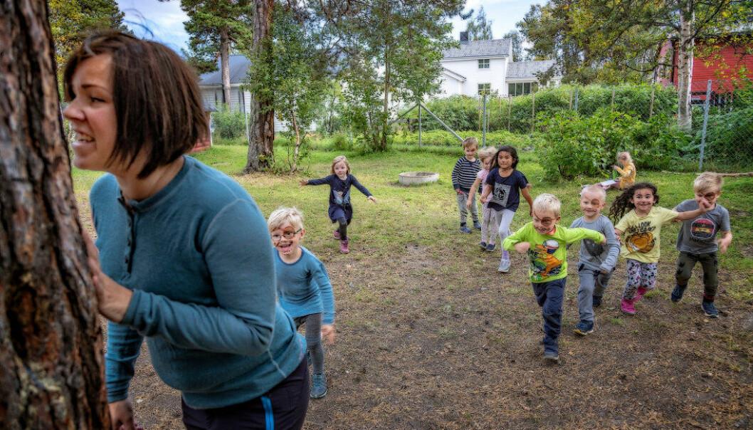 . Pedagogisk leder Karoline Hykkerud Aas i Sentrum Barnehage i Alta sier de tradisjonelle barnelekene har påvirket barnas fysiske og psykiske helse positivt. Foto: Alf Ove Hansen