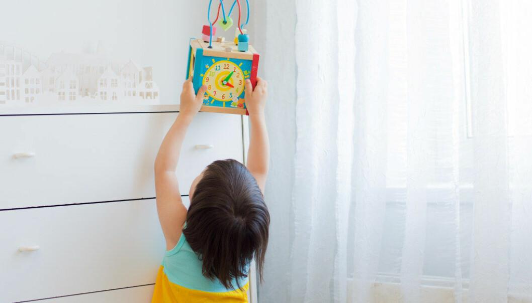 Lekene i norske barnehager er ofte plassert på hyller, som barna ikke når opp til, eller i skap som barnehageansatte må åpne, viser ny studie om barnehagens lekemateriell. Illustrasjon: Fotolia.com