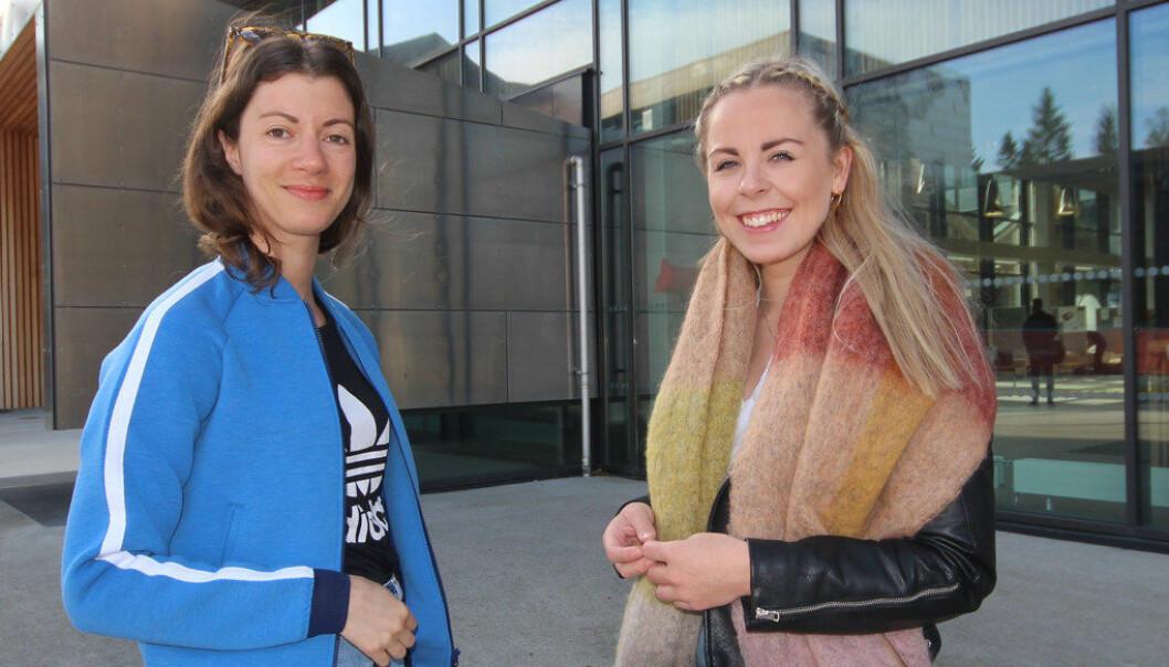 Masterstudenter Evelyn Eggum (f.v.) og Siri-Mari Horvei mener at ansatte med masterutdanning blir en viktig pådriver for feltet. De er med på å sikre både kvalitet, innhold og utvikling, sier Horvei. Foto: Trine Melheim Næss