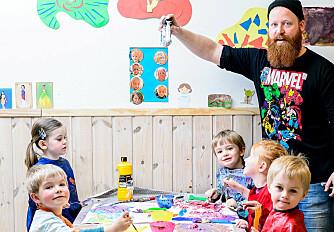 Målet med å male i barnehagen er ikke å lage fine malerier som barna skal ta med hjem