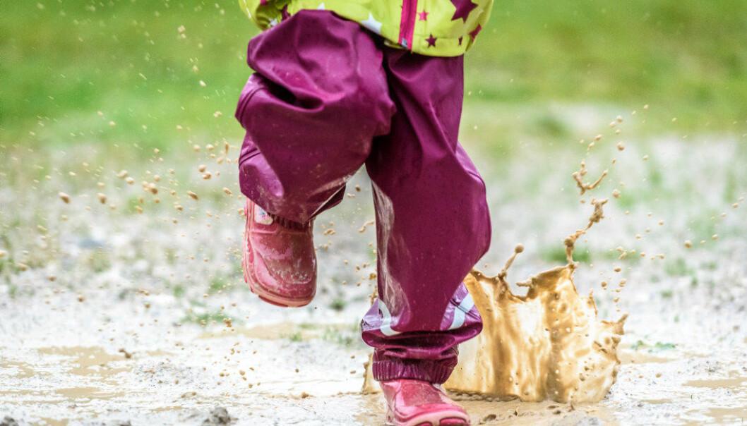 Barnehageansatte trenger ikke gå veier om bilder av vann, jakker og neser i språkarbeidet når barna har alle tingene rundt seg, mener tidligere førstelektor Anne Høigård. Illustrasjon: Fotolia.com