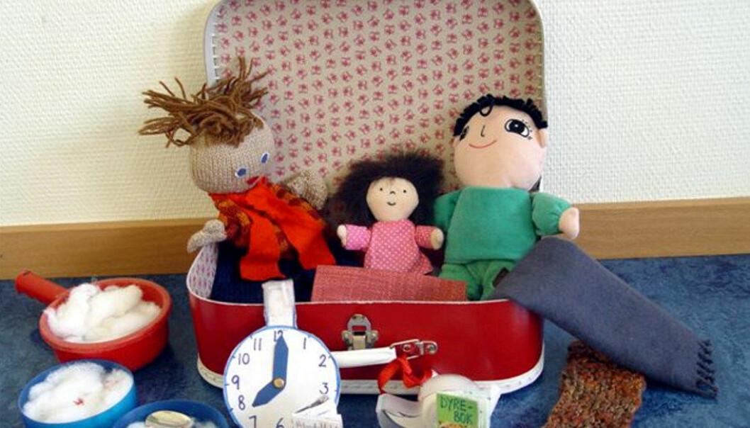 KOFFERTEN OM ALBERT ÅBERG: I kofferten skal det være konkreter og ting fra boka som dere kan snakke om mens dere leser, eller som barna kan leke med etterpå, som bilen, dukkene og bollene med «bomullsgrøt» fra boka om Albert Åberg. Foto: Madamløkken barnehage