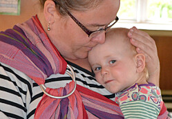 Bæreslynger gir tryggere barn i tilvenningen