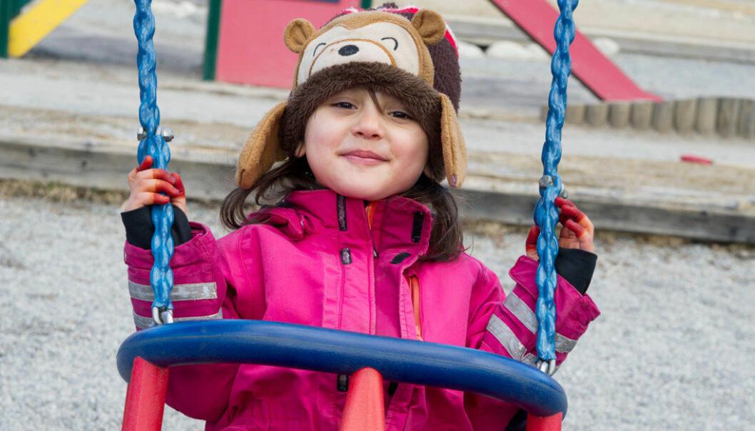 Aysiyeh Nouri (6) er en av flyktningbarna i Barnas Hus barnehage i Bodø. Nå husker hun trygt på lekeplassen utenfor barnehagen.Foto:Ingun A. Mæhlum
