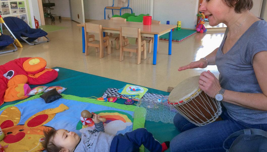 Franske barn starter i barnehagen fra de er 2,5 måneder. Emerick (9 måneder) har både ørebetennelse og bronkitt og får en paracet, mens omsorgsarbeider Valèrie Mazade spiller trommer for ham. Foto: Rakel Benon
