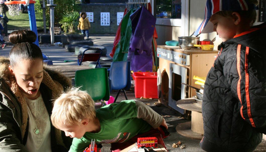 – Sosiale ferdigheter, som å knytte vennskap, er like viktig å lære Elias og Rowan og barn som å lære bokstaver og tall, mener barnehagepedagog Chevone Newman. Foto: Camilla G. Laxton