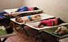 Assistenten Sophia i USA hjelper barna på do, slik at