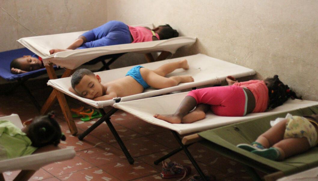 25 barn sover på feltsenger i den lille leiligheten, og de er aldri ute av den 45 kvadratmeter store leiligheten mens de er i barnehagen. FOTO: Miriam Lykke Schultz
