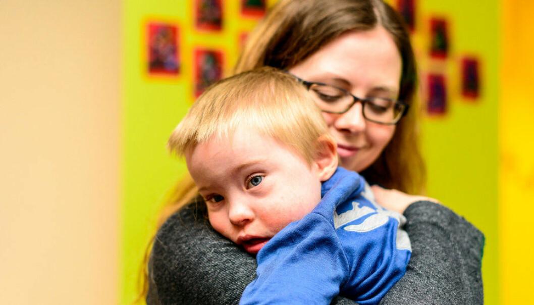Adrian har et godt og nært forhold til de ansatte i barnehagen, som pedagogisk medarbeider Gunn Bente Pedersen.Foto: Tore Fjeld