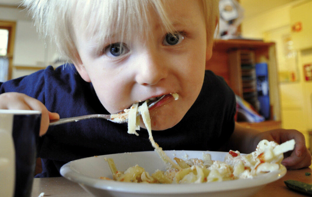 Benjamin S. Johansen i Tandstad barnehage storkoser seg med laksegryte til lunsj. Foto: Gyri Aure