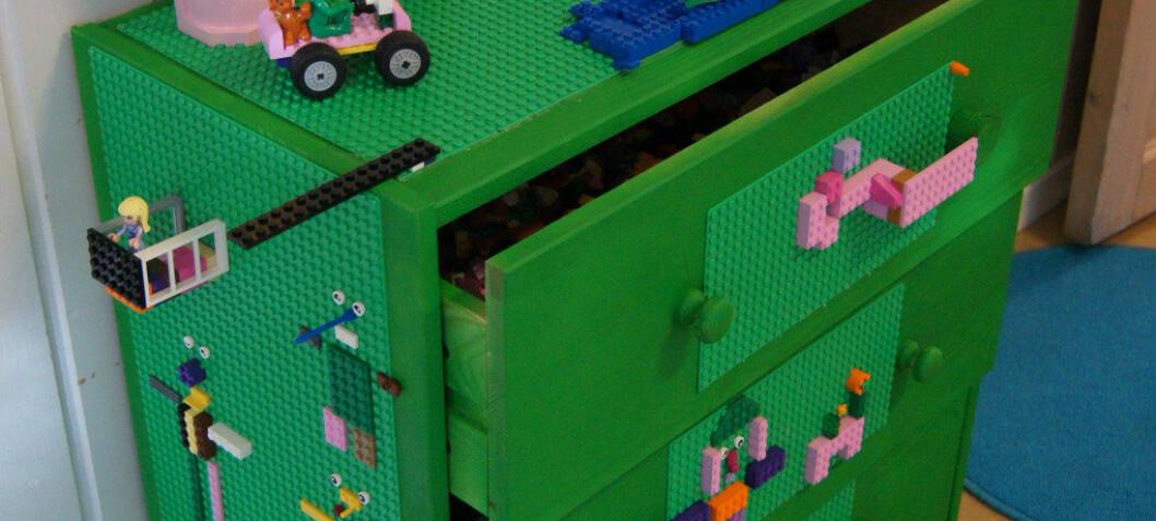 En kjedelig kommode kan forvandles med Lego