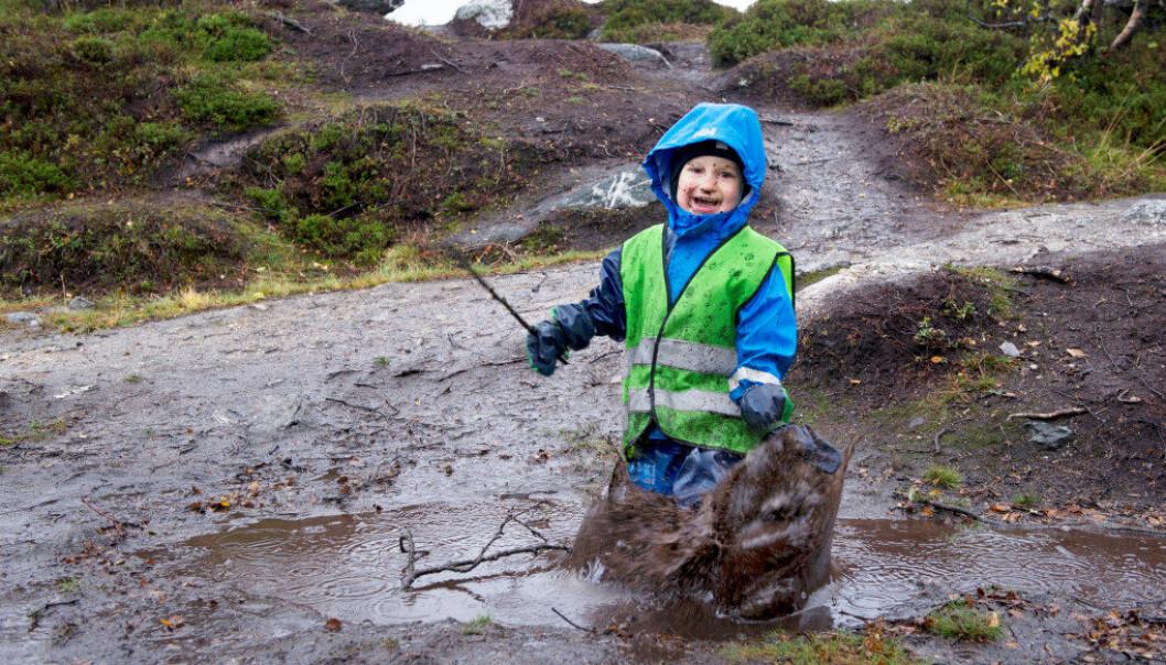 Edvard Buvang Markussen er et av astma- og allergibarna i Varden barnehage i Tromsø som blir bedre av å være ute i frisk luft hver dag. Foto: Ingun A. Mæhlum
