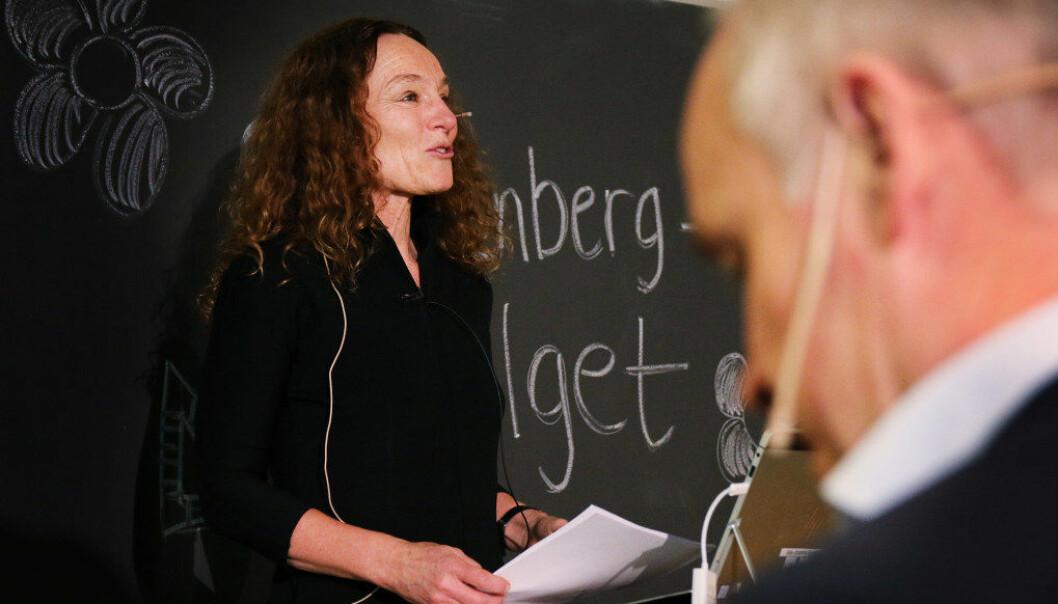 Utvalgsleder Camilla Stoltenberg gjør seg klar til å overlevere sluttrapporten til kunnskapsminister Jan Tore Sanner. Foto: Jørgen Jelstad