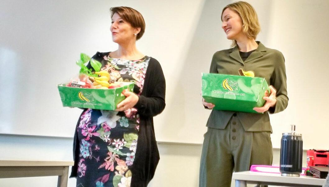 18.000 ungdomsskoleelever i Oslo skal få gratis frukt i en toårig prøveordning. Onsdag delte byrådene Tone Tellevik Dahl og Inga Marte Thorkildsen ut den første frukten til elever ved Ris ungdomsskole. Foto: Hans Skjong