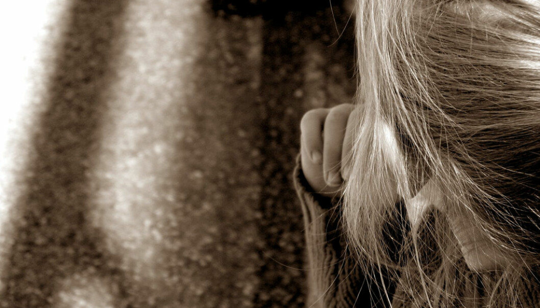 Da «Eva» forsøkte å få kontroll på en utagerende elev, fikk hun et kraftig spark i kneområdet. Sparket i kneet hadde ført til blodpropp i beinet som etter hvert hadde løsnet og fulgte blodbanen via hjertet til hjernen og utløst et hjerneslag. Nå kjemper hun for erstatning. NB! Personen på bildet er ikke personen i artikkelen. Ill.foto: Free images