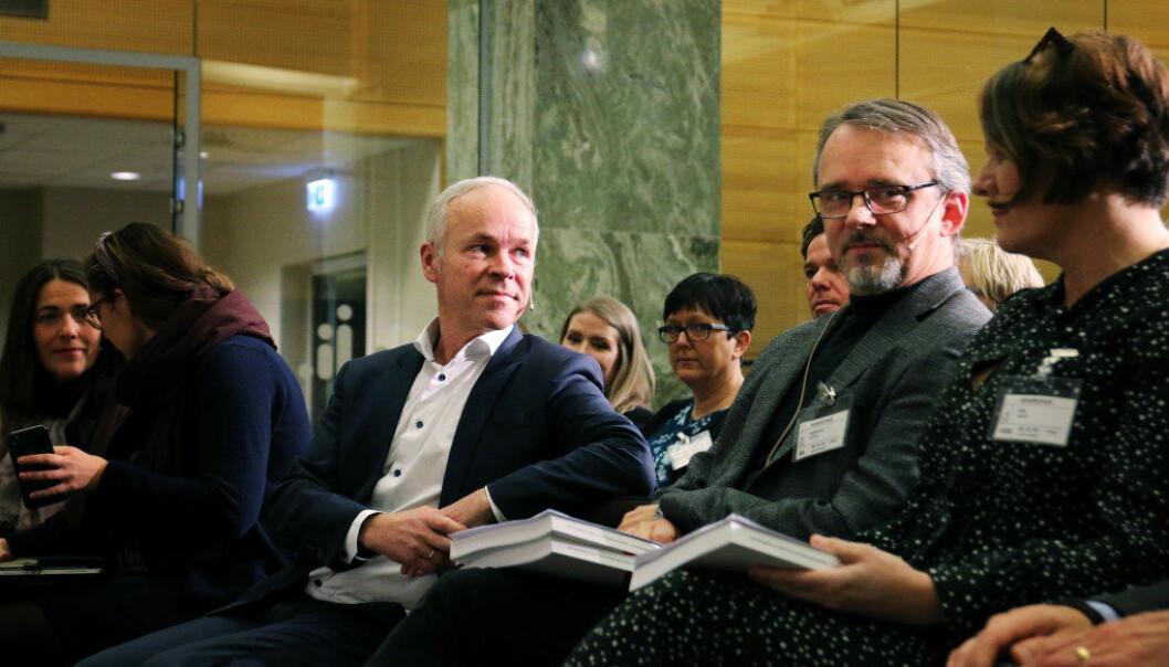 Kunnskapsminister Jan Tore Sanner ser fram mot diskusjoner i barnehagsektoren etter å ha mottatt rapporten fra leder av ekstpertutvalget, Kjetil Børhaug (t.h.). Foto: Jørgen Jelstad.