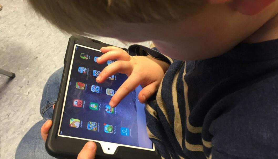 Digitaliseringen gjør, etter mitt syn, at barna mister kontakt med det virkelige livet. Nettspill kan være underholdende, men er samtidig en kilde til mental støy som forstyrrer oppmerksomheten til barna og relasjonen dem imellom, skriver Heidi Stakset. Illfoto: Utdanning