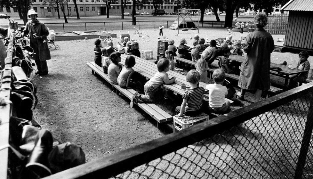 Da den første barnehageloven kom i 1975 var målet med barnehagen å utvikle barnas personlighet, evne til toleranse og til å ha omsorg for andre. Her spiser barna mat i en barnepark i Sofienbergparken i Oslo på 70-tallet. Foto: Svein Erik Dahl, Samfoto