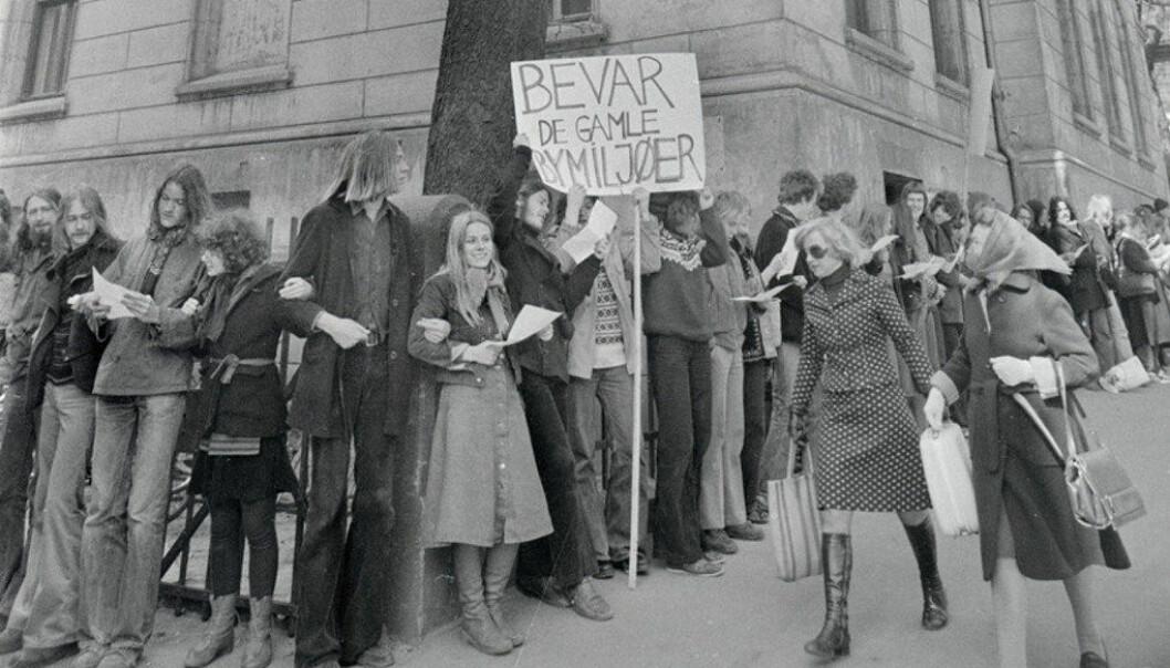 Demonstrasjon av forsøksgymnasiastene og andre som holder til i Hammersborg skole i Oslo, for å få lov til å beholde skolen. Bildet er tatt i april 1976. Foto: Ukjent/ Arbeiderbevegelsens arkiv og bibliotek