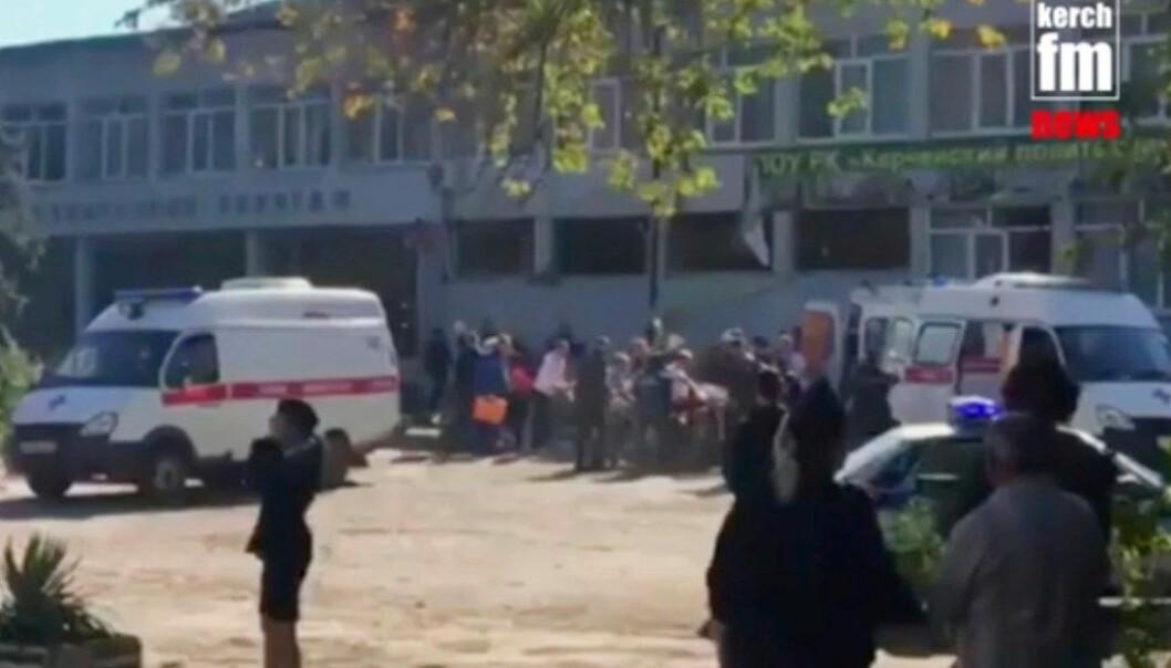 19 mennesker ble drept og 53 såret i et angrep mot en yrkesskole på Krim-halvøya, ifølge russiske medier. De fleste ofrene var elever i tenåringsalder. Foto: Kertsj FM News / AP / NTB scanpix