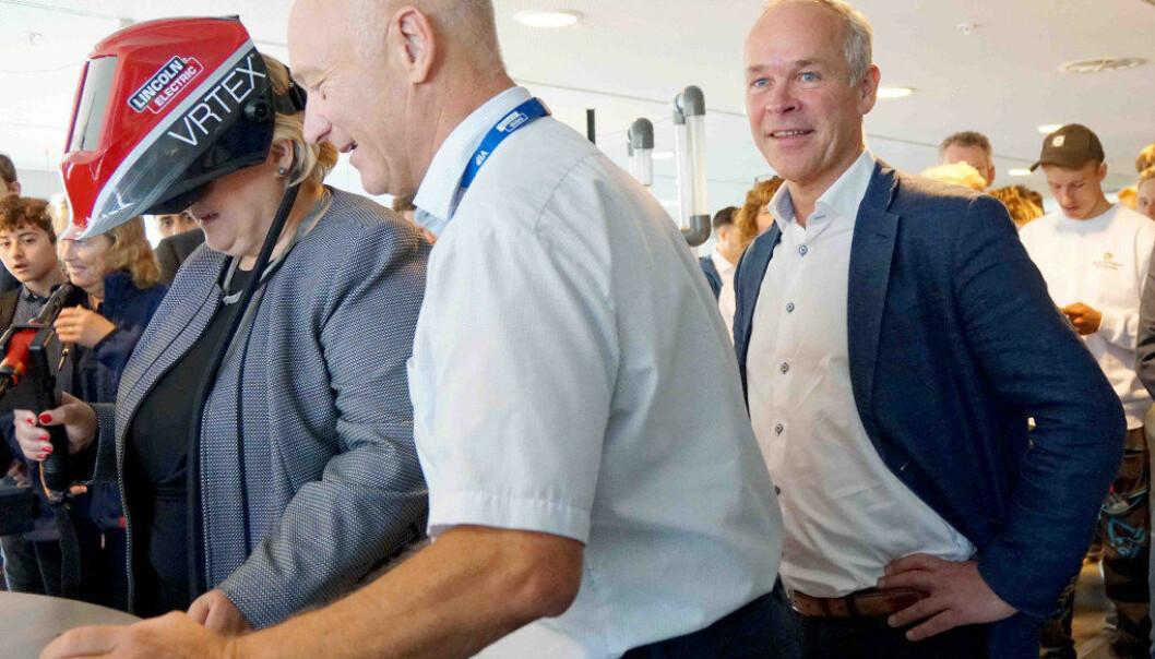 Erna Solberg og Jan Tore Sanner åpnet utstillingen «Fremtidens yrkesfag». Statsministeren fikk prøve seg på praktiske øvelser, mens kunnskapsministeren nøyde seg med å være observatør. Foto: Marianne Ruud