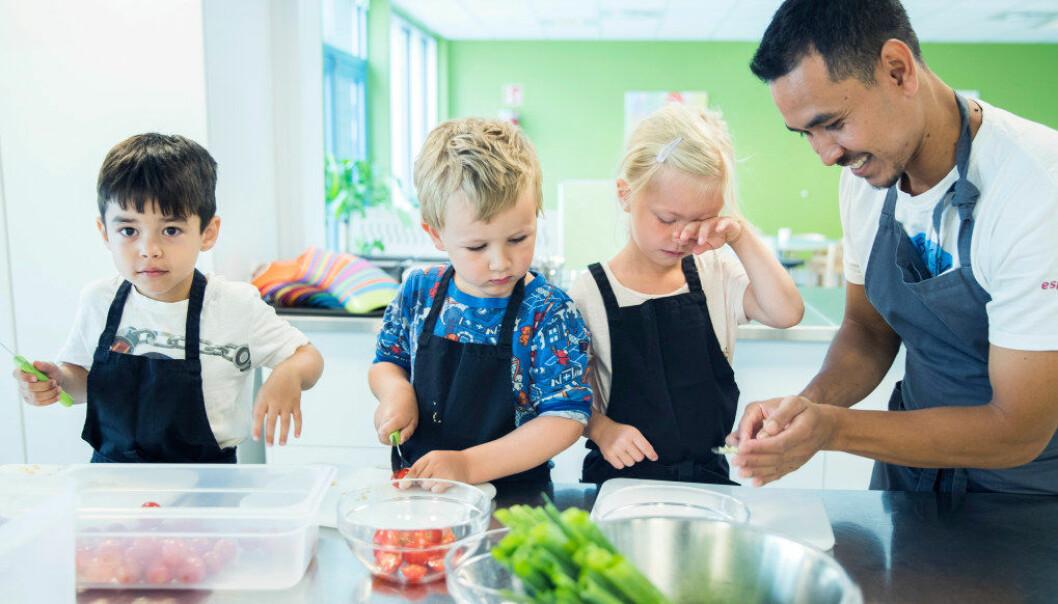 I Espiras barnehage Grefsen stasjon i Oslo lager kokk Worachat «Ton» Jurodram varm lunsj til 130 barn hver dag. Denne dagen er Sara (5), Magnus (4) og Samuel (4) kjøkkenassistenter. Barnehager og kommuner må sørge for at barna får sånne måltider, krever forbrukerrådet og Kost- og ernæringsforbundet, som onsdag offentliggjør en rapport om barnehagemat. Foto: Berit Roald / NTB scanpix