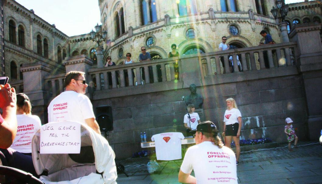 Flere foreldre og barnehageansatte demonstrerte foran Stortinget for en strengere bemanningsnorm. Til venstre står Royne Berget, og til høyre Mari Sletten. Foto: Jørgen Jelstad.