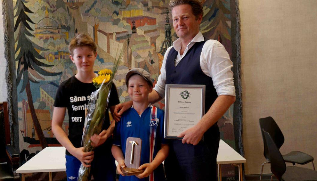 Stolte av faren sin: Simon Malkenes hadde tatt med seg sine to barn da han i dag mottok ytringsfrihetsprisen Stockmanns hammer. Foto: Marianne Ruud