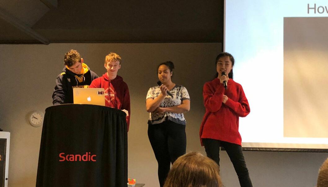 Alle elevene holdt miniforedrag. Her er det de canadiske elevene Adam Woode, Aiden Campbell, Jaden White og Livia Le som deler sine erfaringer. Foto: Kari Oliv Vedvik