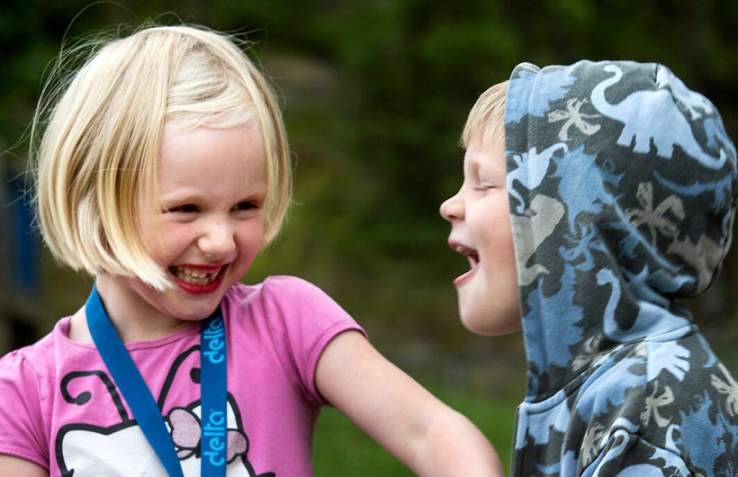 Glede. Mina Kristine Moksnes Olsen (6) og Gabriel Severinsen (6) i lek. I Slingerbekken barnehage, arkivbilde. Foto: Tom-Egil Jensen