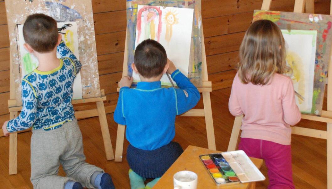 I Elverum har femåringene markert Barnehagedagen i to dager. Ser vi en ny Munch i emning? Unge kunstnere på «Visuell kunst»-gruppen arbeider konsentrert. Foto: Arne Solli