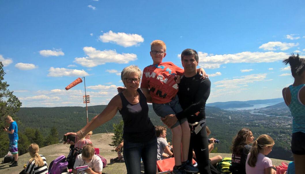 – Herlig å være på toppen av Knabben, synes Sondre Støckert, som løftes av kontaktlærer Kristin Nystrøm og gymlærer Aslam Konar. Foto: Privat
