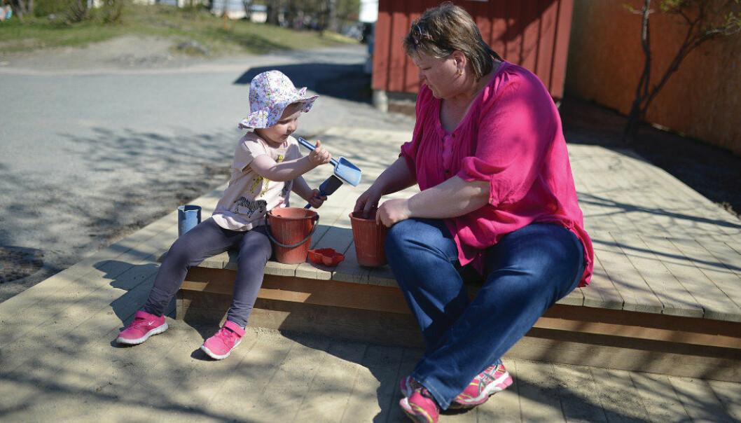 Barnehagelærer Rigmor Nordgården sammen med Oline, som nå er tilbake i barnehagen. Oline må ha kortere dager, men er glad for å få leke sammen med andre igjen. Foto: Wenche Schjønberg