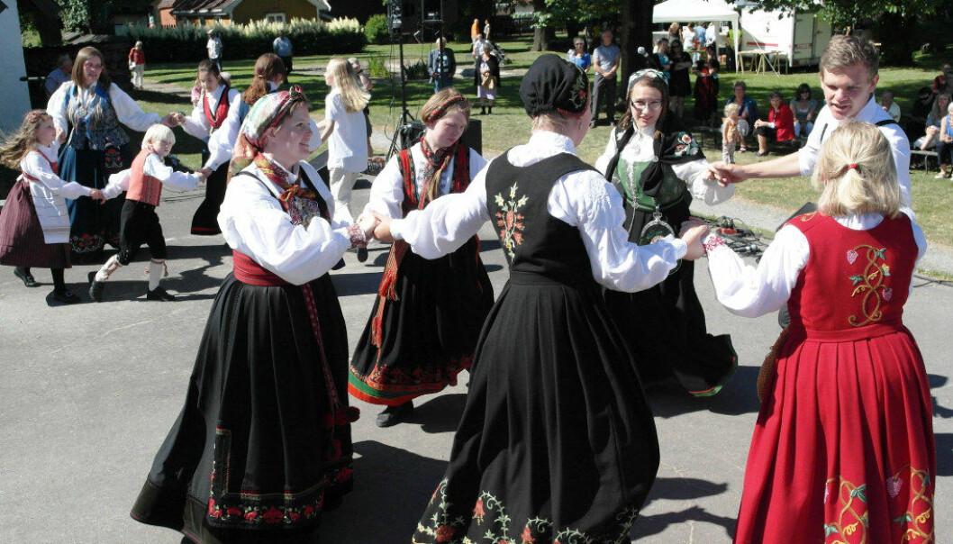 Oppvisning under Smaalensmarken i Borgarsyssel Museum i Sarpsborg. Helene S. Auset danser helt til venstre i seksmanns-reelen. Foto: Rolf Johansen