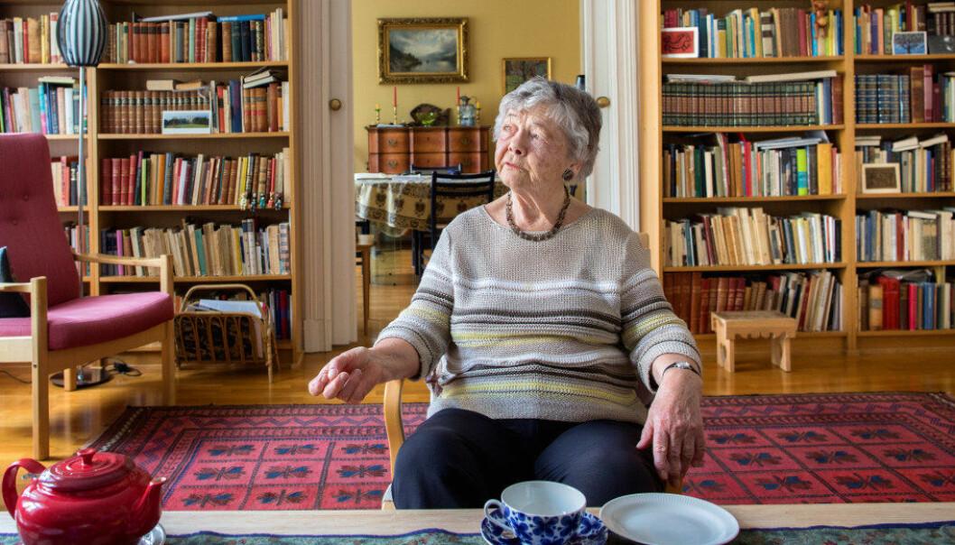 – Som pensjonist har jeg god tid til å lese, sier Unni Bleken, og tråler alt som skrives om barnehager. Det blir det kvasse argumenter av. Her hjemme i stua på Frogner i Oslo. Foto: Tom-Egil Jensen