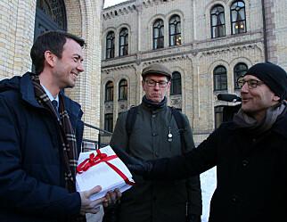 Overrakte 37.000 underskrifter mot avskilting av lærere