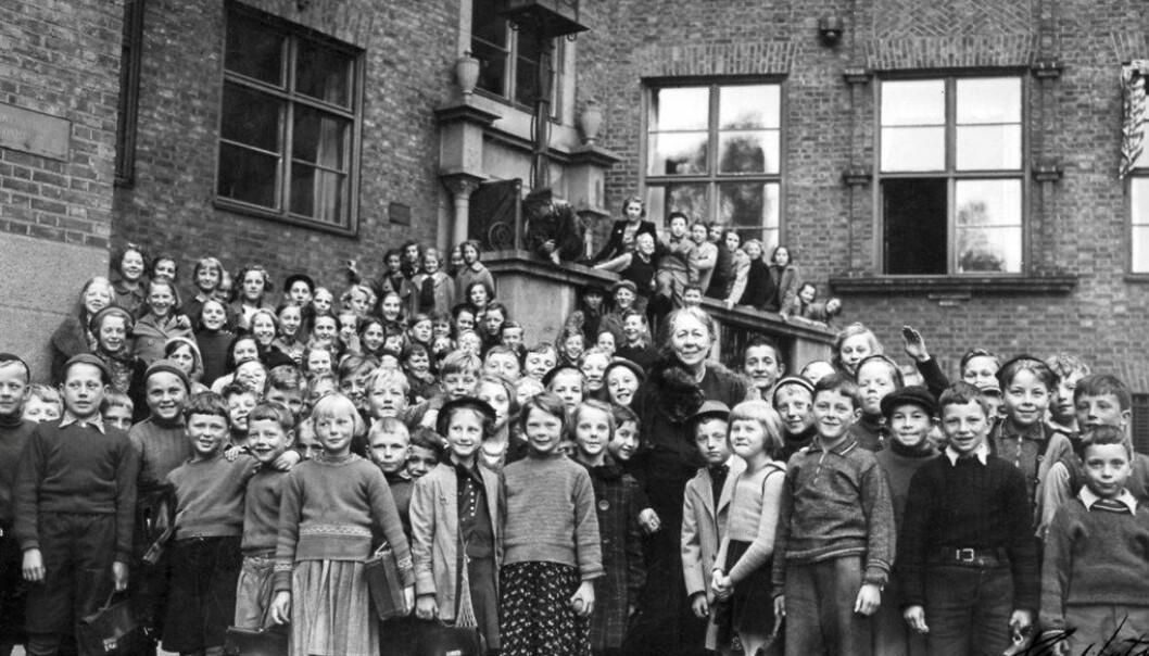 Overlærer Anna Sethne sammen med elever ved Sagene skole i Oslo. Bildet er trolig tatt i slutten av 1920-årene. Foto: Sagene skole