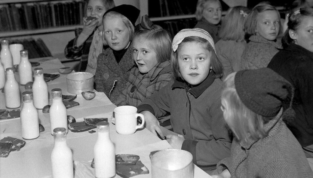 Skolebespisning på Lademoen skole i Trondheim i 1946. Her fikk de også et måltid basert på standarden i oslofrokosten.  Foto Schrøder